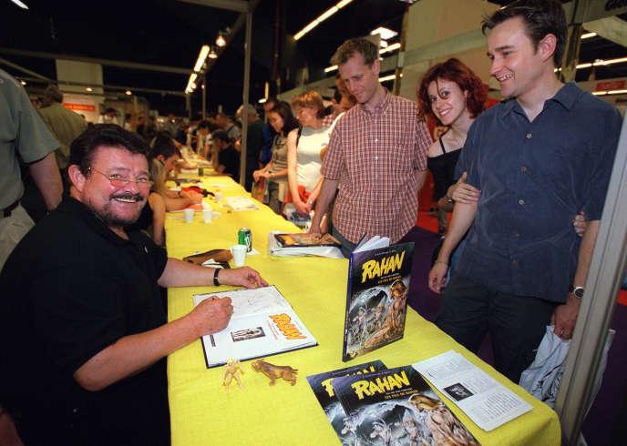 André Chéret, à gauche, lorsd'une séance de dédicaces, le 2 juin 2002 à Paris, lors de «Paris BD», le premier salon parisien consacré à la bande dessinée au Parc des expositions de la porte de Versailles.
