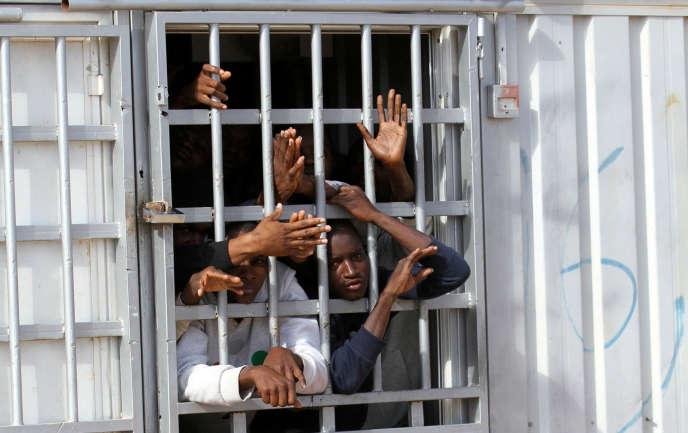 Des migrants dans un centre de détention près de Tripoli, le 1er décembre 2016.