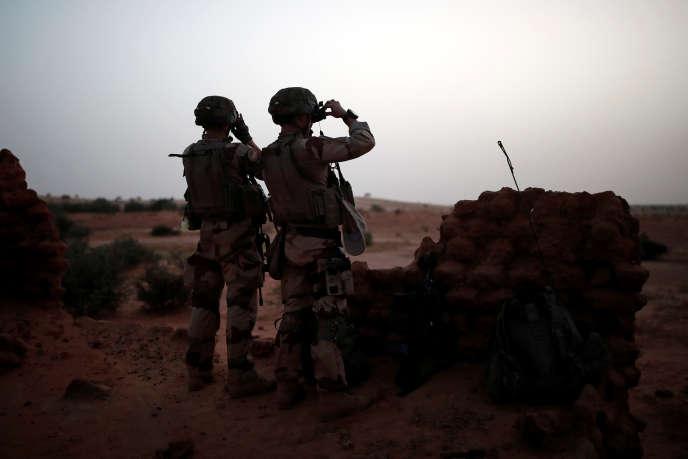 Des soldats français de l'opération « Barkhane » équipés de lunettes de vision nocturne, à Inaloglog, au Mali, en octobre 2017.