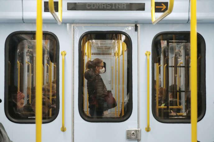 Une femme porte un masque de protection pour éviter la contamination par le coronavirus, à Milan, le 5 mars.