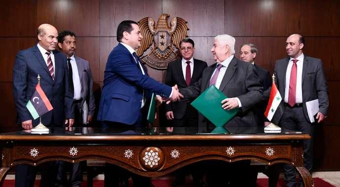 Une photo de l'Agence de presse arabe syrienne officielle montre la signature d'un accord entre le maréchal Haftar et la Syrie, à Damas, le 1er mars.