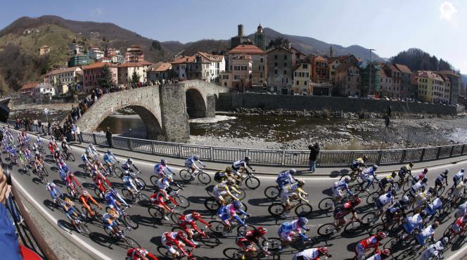 Le peloton traverse Campo Ligure, sur Milan-San Remo en 2009.