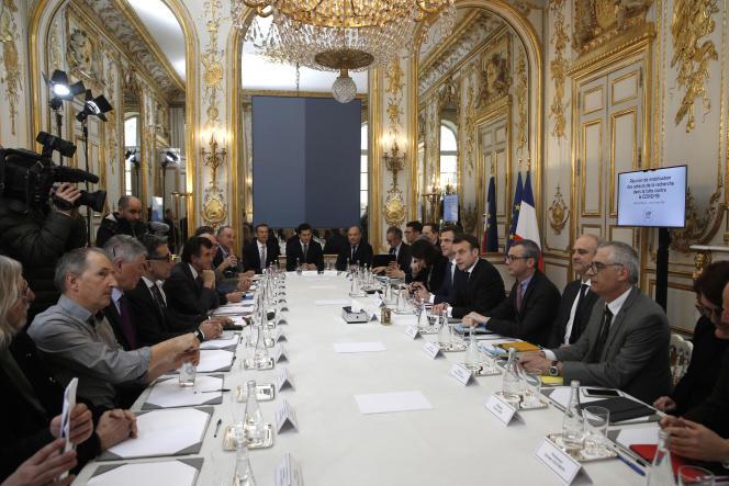 Emmanuel Macron, et le ministre de la santé Olivier Véran recoivent chercheurs et scientifiques au palais de l'Elysée, le 5 mars, avant la mise en place du conseil scientifique Covid-19.
