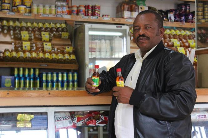 L'entrepreneur Gérard Sina dans un magasin de sa ville,Nyirangarama.