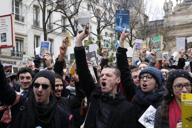 Plusieurs milliers de chercheurs, d'enseignants-chercheurs et d'étudiants ont manifesté jeudi 5mars à Paris contre la future loi de programmation pluriannuelle de la recherche.