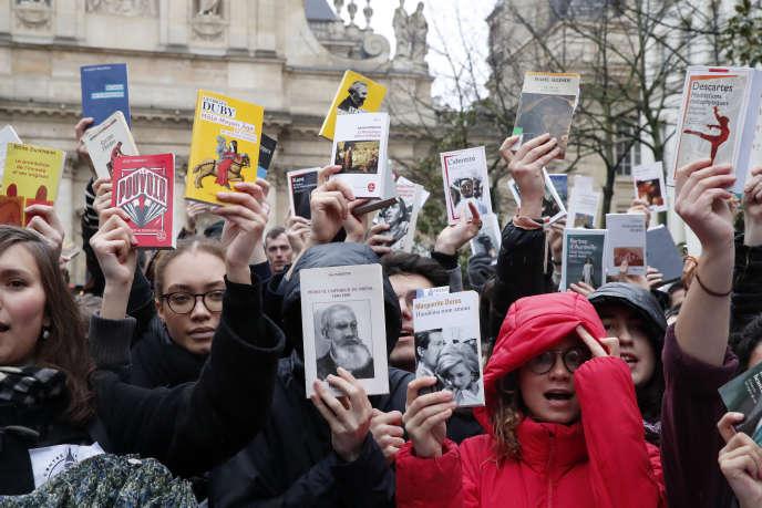 «Il est temps que les universitaires et les chercheurs français renouent avec la réalité du monde au lieu de se complaire dans la défense d'un modèle égalisateur» Photo : manifestation contre la réforme pour la recherche, à Paris, le 5 mars 2020.