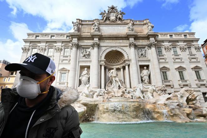Un touriste devant la fontaine de Trevi, à Rome, le 3 mars.