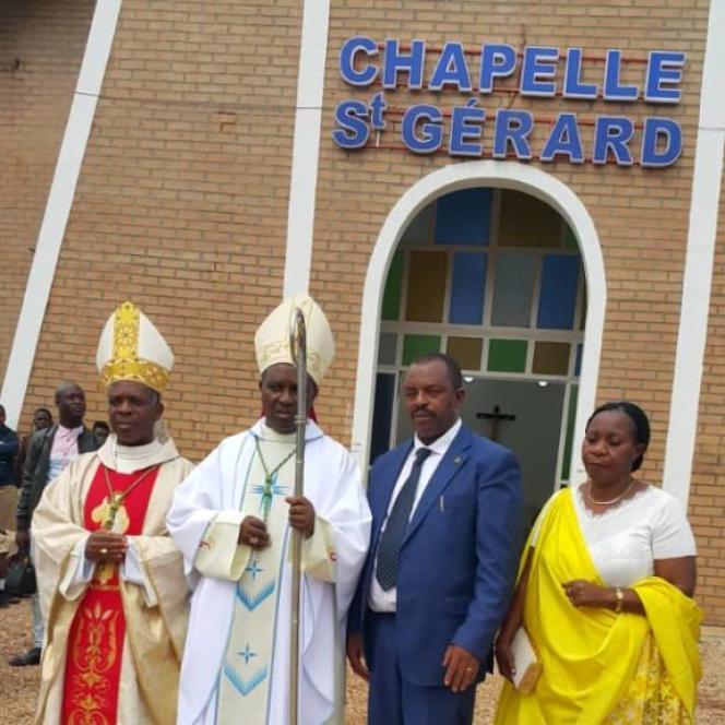 Le Rwandais Gérard Sina avec l'archevêque de Kigali, Mgr Antoine Kambanda, lors de la consécration de la chapelle Saint-Gérard, le 7 juin 2019, àNyirangarama.