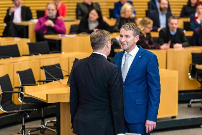 Bodo Ramelow (de dos), le président de gauche (Die Linke), réélu à la tête de la Thuringe, refuse la poignée de main de Björn Höcke, du parti d'extrême droite AfD le 4 mars.