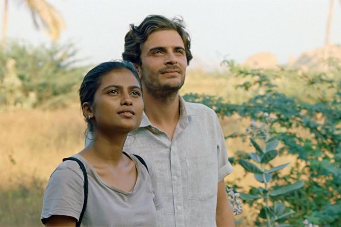 Aarshi Banerjee (Maya) et Roman Kolinka (Gabriel).