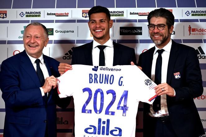 Le Brésilien Bruno Guimaraes lors de sa présentation entouré de Jean-Michel Aulas et Juninho, le 13 février 2020 à Lyon