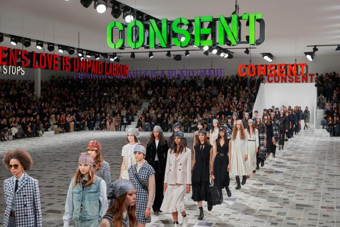Le décor aux accents féministes du défilé Dior automne-hiver 2020/2021.