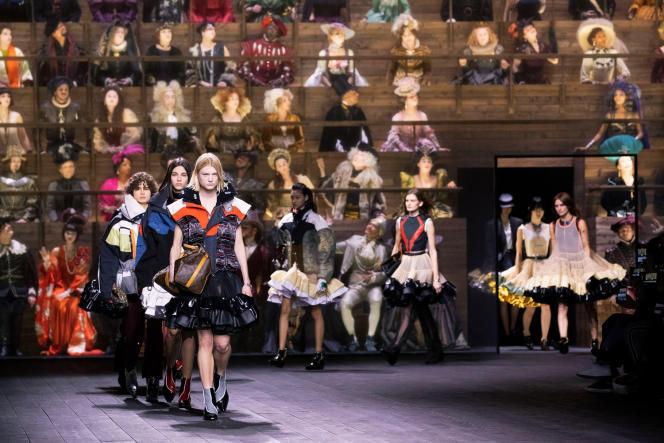Le final du défilé Louis Vuitton automne-hiver 2020-2021, tenu dans la Cour carrée du Louvre.