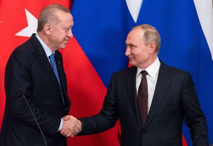 Le président russe, Vladimir Poutine (à droite), et le président turc, Recep Tayyip Erdogan, lors d'une conférence de presse à Moscou (Russie), le 5 mars.