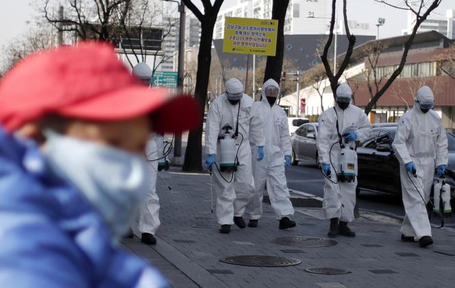 Des soldats sud-coréens équipés pour endiguer l'épidémie de coronavirus, vendredi6mars.