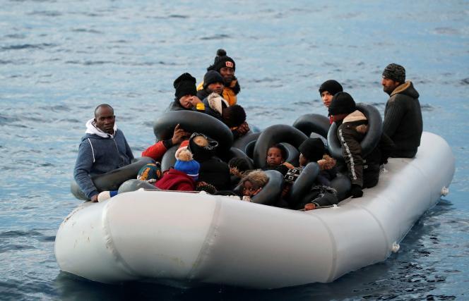 Des migrants tentant de quitter la Turquie par la mer Egée pour rejoindre l'île grecque de Lesbos, le 6 mars.