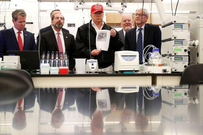 Le président américain Donald Trump montre une image du Covid-19 lors d'une visite du Centre de contrôle et de prévention des maladies à Atlanta, le 6 mars.