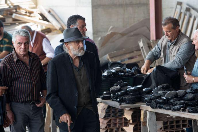 Don Minu La Piana (Adriano Chiaramida, avec le chapeau), dans « ZeroZeroZero» (2020), série créée par Stefano Sollima.
