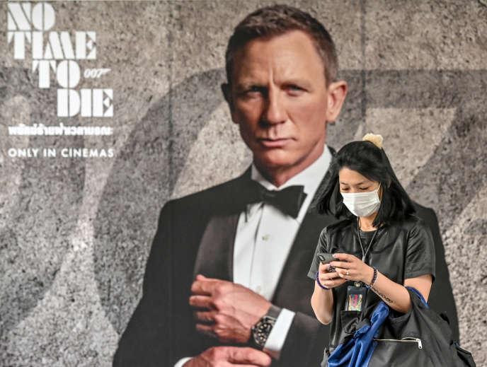Une affiche de « Mourir peut attendre » à Bangkok, le 28 février. La sortie du dernier James Bond a été repoussée en novembre en raison de l'épidémie de coronanivrus.