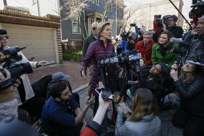 Elizabeth Warren s'adresse aux médias devant chez elle, à Cambridge (Massachusetts), le 5 mars.
