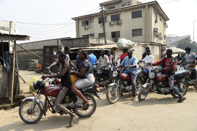 A Lagos, les motos-taxis sont l'un des petits métiers qui permettent aux migrants du nord du Nigeriade survivre et d'envoyer un peu d'argent à leurs familles.