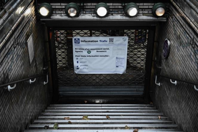 Une station fermée de la ligne 12 du métro parisien, lors du mouvement contre la réforme des retraites, le 6 décembre 2019.