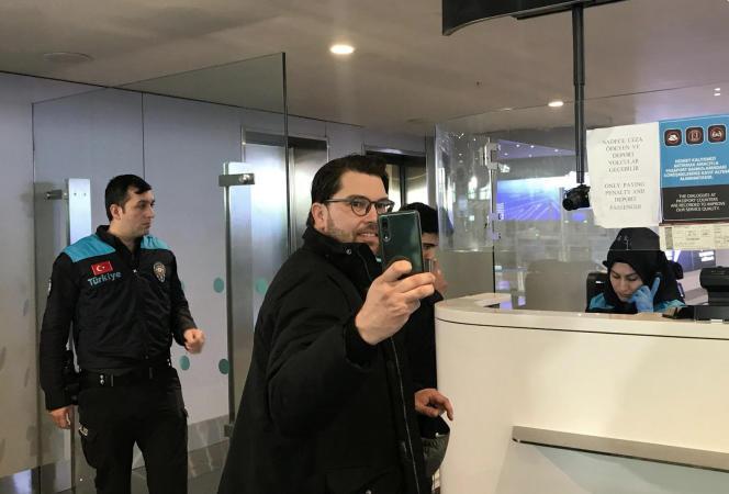 Le chef du parti des Démocrates de Suède (SD, extrême droite), Jimmie Akesson, prend un selfie à l'aéroport d'Istanbul, le 6 mars.