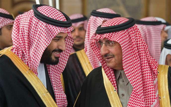 Le prince héritier du royaume d'Arabie saoudite, Mohammed Ben Salman (g.) avec son cousin le prince Mohammed Ben Nayef, en décembre 2016 à Riyad.