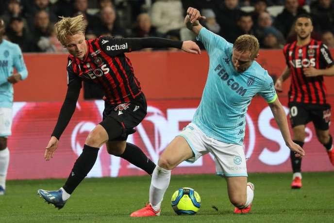Le défenseur polonais de Monaco, Kamil Glik, affronte l'attaquant danois de Nice, Kasper Dolberg, lors du match de Ligue1, le 7mars2020 à Nice, dans le sud-est de la France.