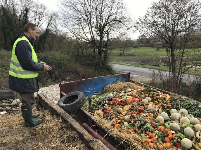 Gervais Legras, 52 ans,collecte dans un grand fût les rebuts verts des marchés de Blois pour leur éviter l'incinérateur.