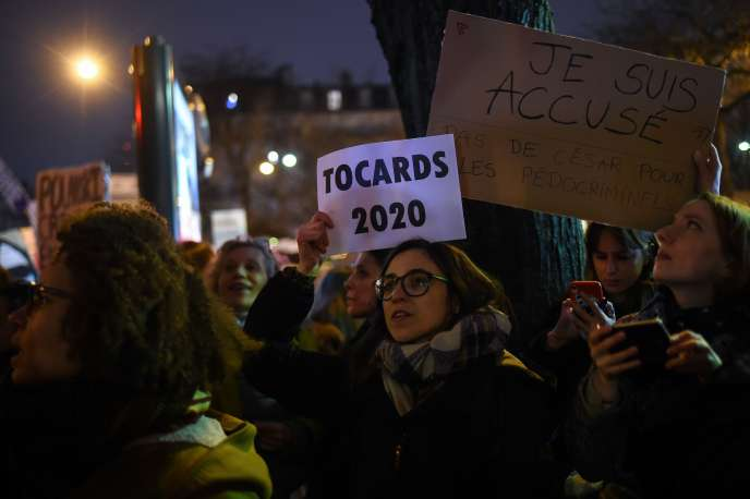 Une activiste féministe lors d'une manifestation devant la salle Pleyel à Paris où se tenaient les Césars, le 28 février.