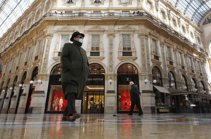 Un homme marche dans la galerie Victor-Emmanuel II, dans le centre de Milan, le dimanche 8 mars.
