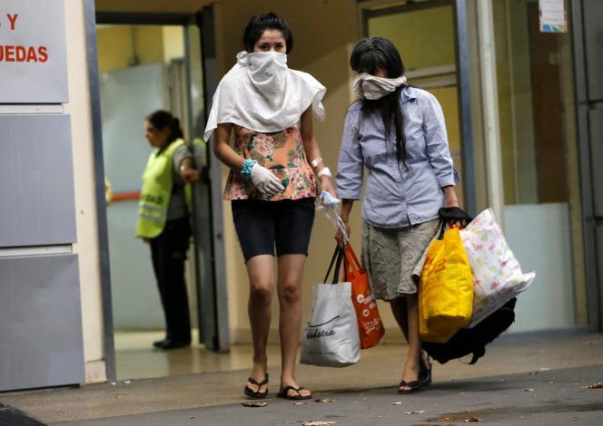 Des patients couvrent leur visage après l'annonce d'un premier mort lié au coronavirus à Buenos Aires, en Argentine, le 7 mars.