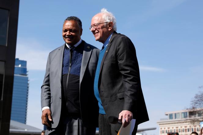 Le candidat à l'investiture démocrate Bernie Sanders, accompagné du révérend Jesse Jackson, lors d'un rassemblement àGrand Rapids, Michigan, le 8 mars.