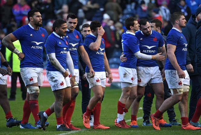 Les joueurs de l'équipe de France après leur cinglante défaite contre l'Ecosse, dimanche 8 mars, à Murrayfield.