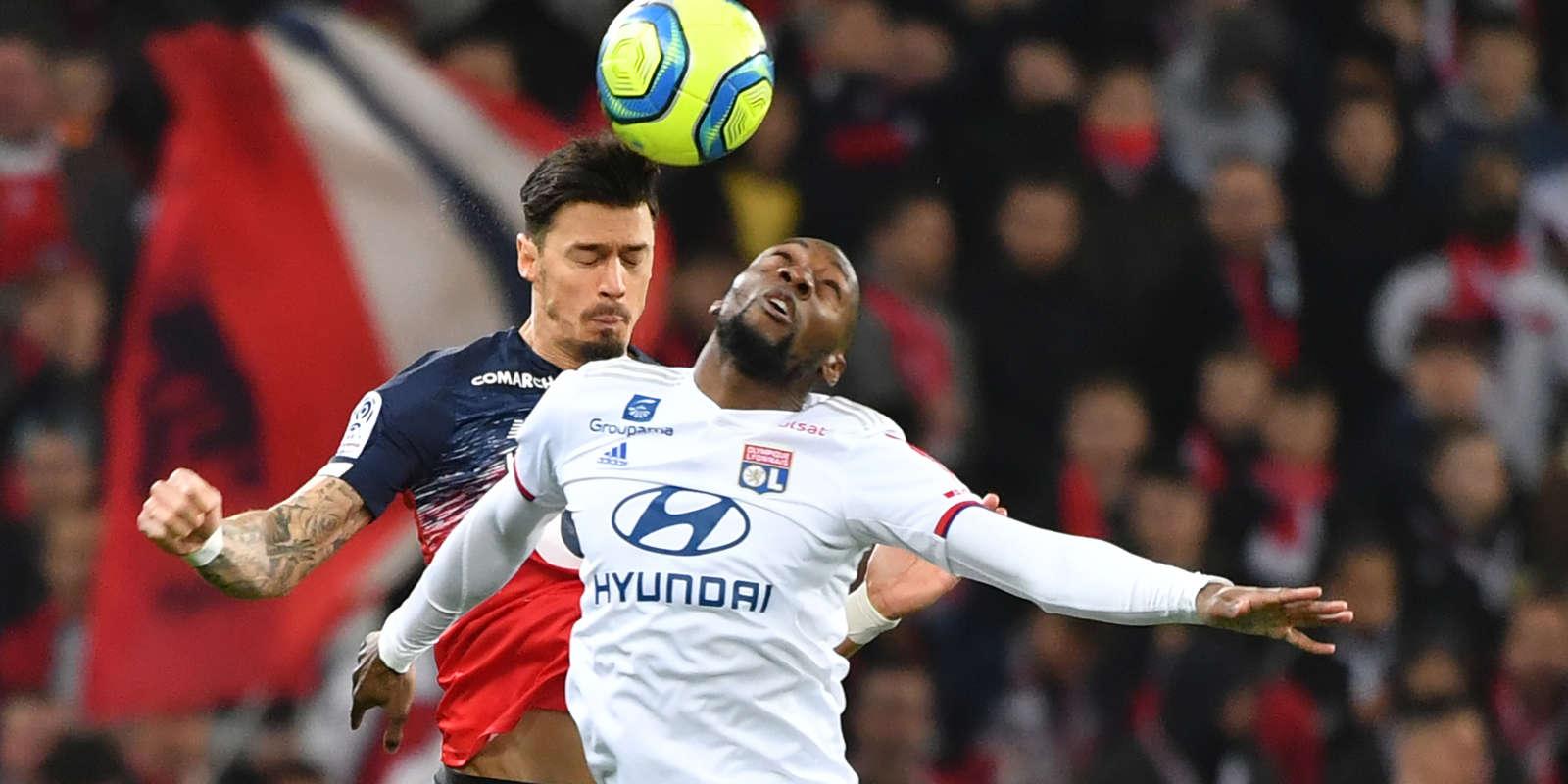 Le défenseur lillois Jose Miguel Da Rocha Fonte conteste le ballon à l'attaquant lyonnaisKarl Toko Ekambi, au stade Pierre-Mauroy, à Villeneuve-d'Ascq, le 8 mars 2020.