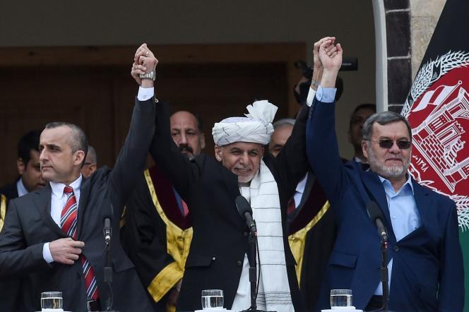 Le président sortant afghan Ashraf Ghani, au centre, lors de la cérémonie d'investiture au palais présidentiel de Kaboul, lundi 9 mars.