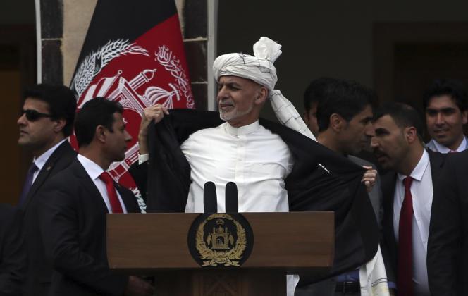 « Je ne porte pas de gilet pare-balles, seulement ma chemise, et je resterai même si je dois y laisser ma tête !», a déclaréle président afghanAshraf Ghani, lundi 9 mars.