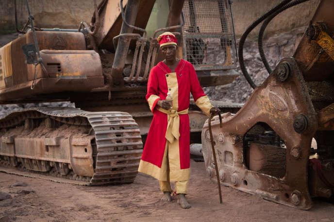 L'apôtre Médard, guérisseur traditionnel de la confrérie des ngunzas.