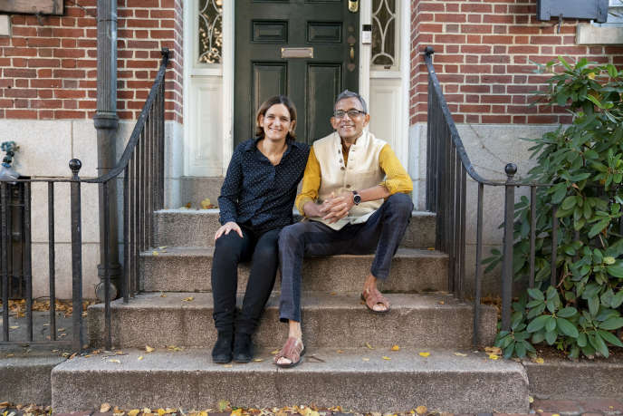 Esther Duflo et Abhijit Banerjee devant leur résidence, le 14 octobre 2019 à Boston (Massachusetts).