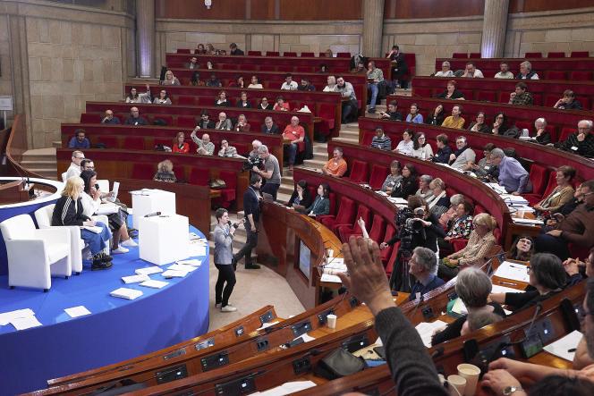 Des membres du groupe de travail Se nourrir présentent leurs propositions au reste dela convention, réunie dans l'hémicyle du Conseil économique, social et environnemental (CESE), à Paris.