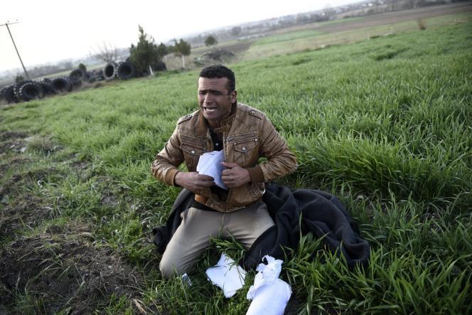 Un homme arrivé de Turquie entre dans le village de Thourio, en Grèce, après avoir traversé la frontière, le 9mars.