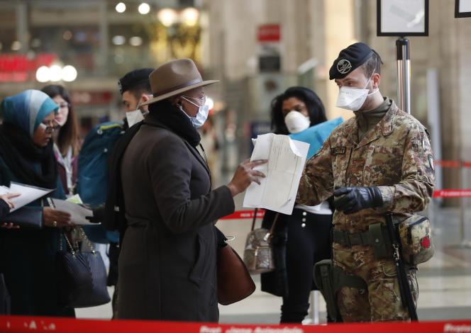 Des policiers et des soldats contrôlent les passagers à la gare centrale de Milan, lundi 9 mars.