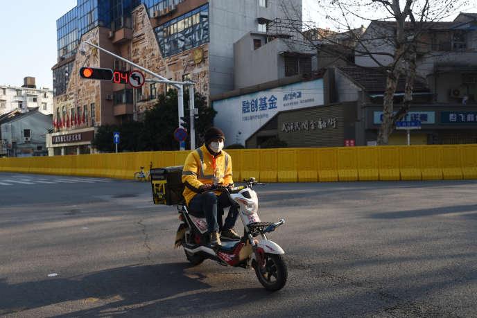 Un coursier de Meituan, à Wuhan (Hubei), le 20 février.