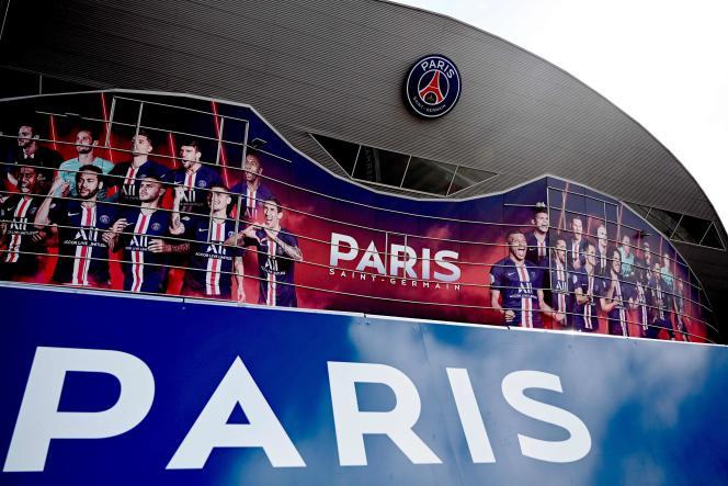 A l'obligation de vendre d'abord, qui s'impose à la plupart des clubs, Paris a préféré la possibilité d'acheter, alors que ses pertes ont atteint près de 230 millions d'euros la saison passée et que celles de l'exercice à venir sont budgétées à hauteur de250 à300millions.