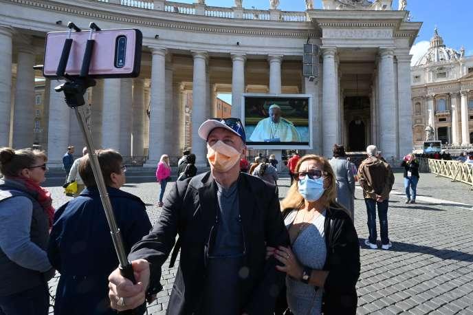 Sur la place Saint-Pierre de Rome, dimanche 8 mars.
