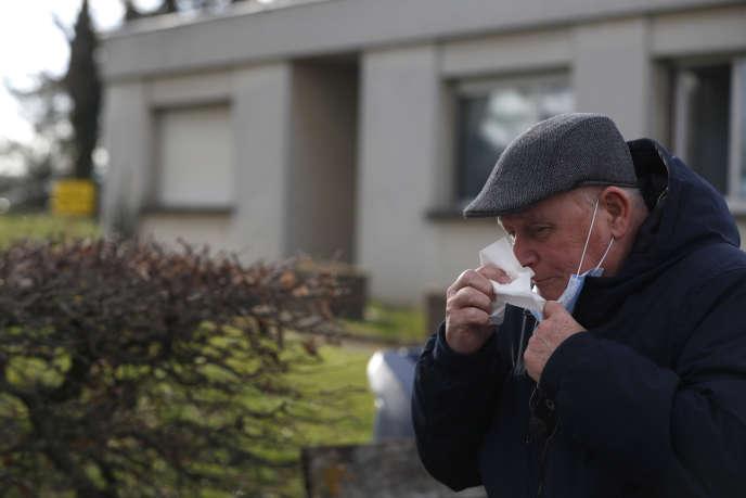 Devant un hôpital de Mulhouse, le 9 mars. Selon l'association de patientsRenaloo, il est déconseillé de se rendre à l'hôpital, sauf si c'est strictement nécessaire