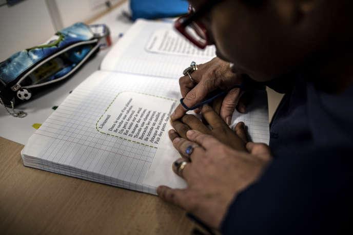 Cours de lecture donné par une enseignante spécialisée dans le suivi des collégiens autistes, à Aulnay-sous-Bois (Seine-Saint-Denis), en octobre 2019.