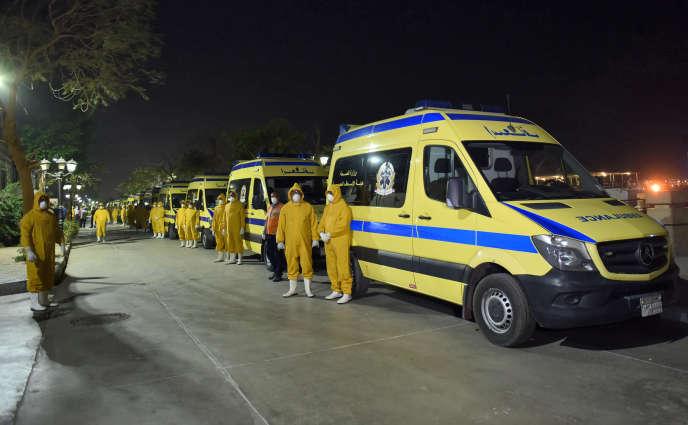 Des ambulances s'apprêtent à transporter des passagers d'un bateau de croisière sur le Nil suspectés d'être infectés par le coronavirus,à Louxor, enEgypte, le 7mars2020.