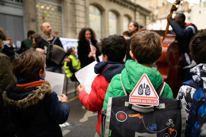 Devant l'école Michel-Servet, à Lyon, lundi 9 mars.